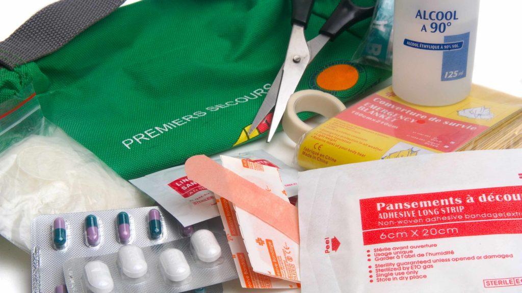 Vendajes de emergencia y contenidos del botiquín de primeros auxilios