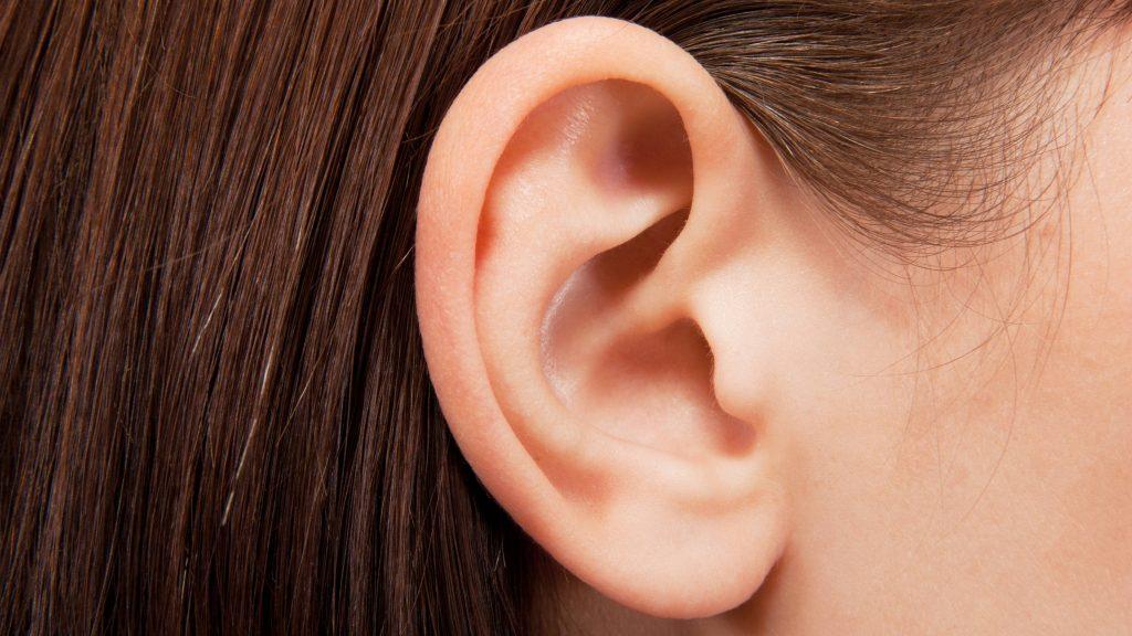 Acercamiento de la oreja de una niña pequeña