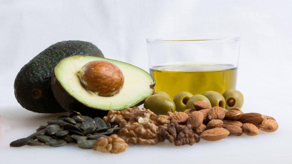 Grasas saludables: aceites de oliva, frutos secos y avocado