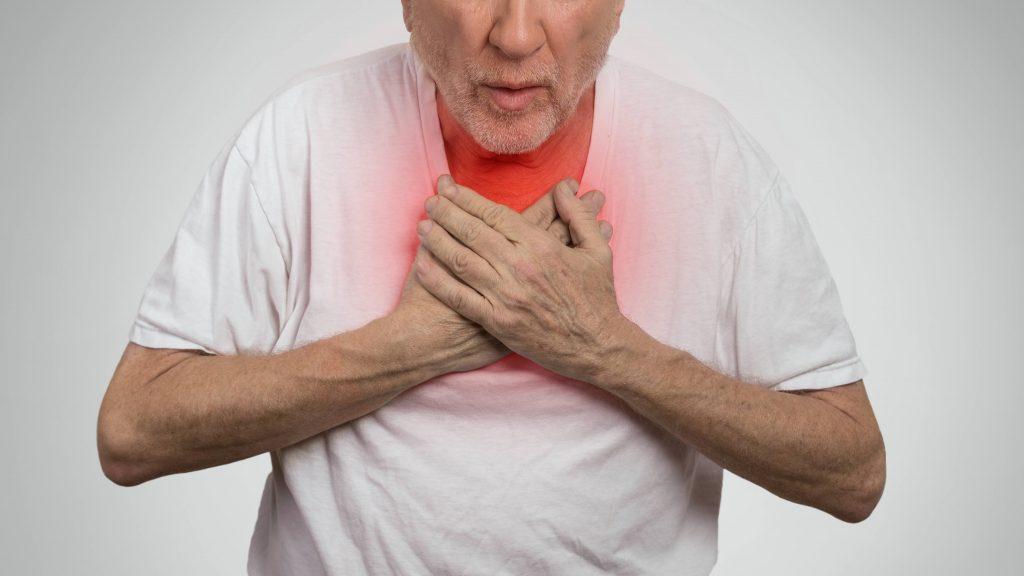 Un anciano con dolor en el pecho intenta recuperar el aliento