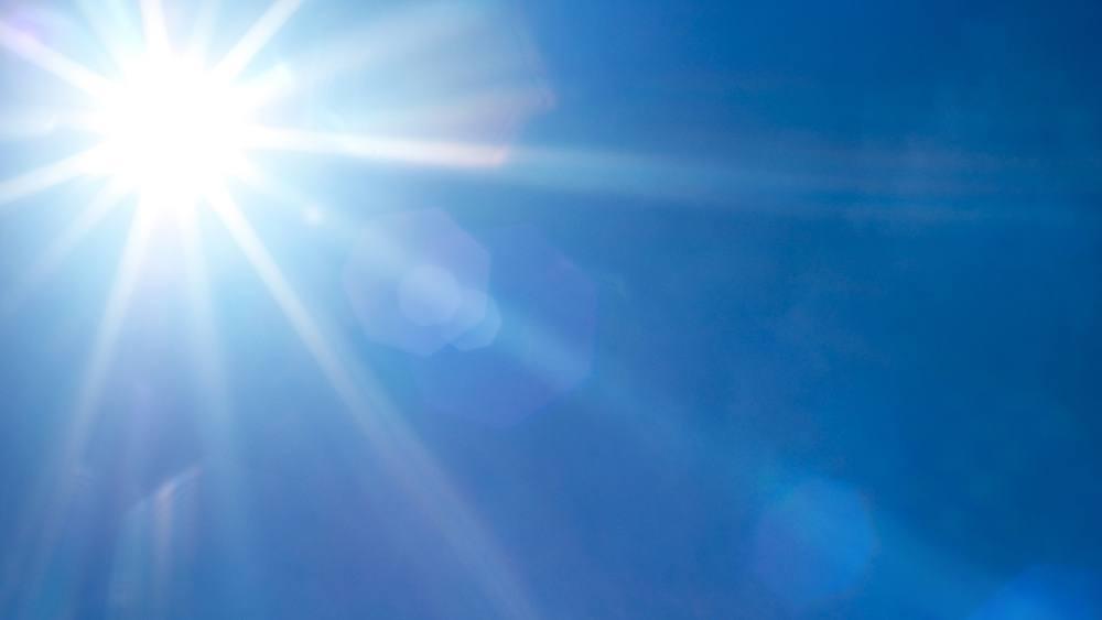 Un sol brillante en un hermoso día con cielos azules