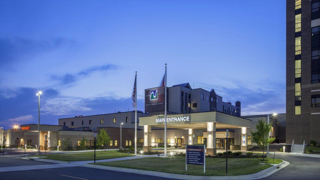 Vista nocturna del exterior de Northwest Health en Arksansas