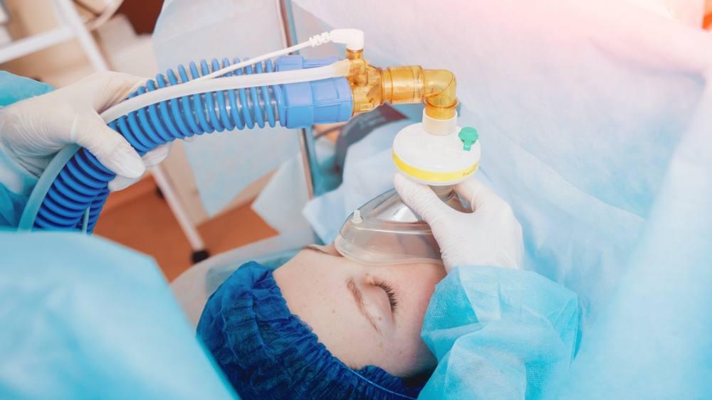 Un paciente recibe oxígeno para la anestesia general