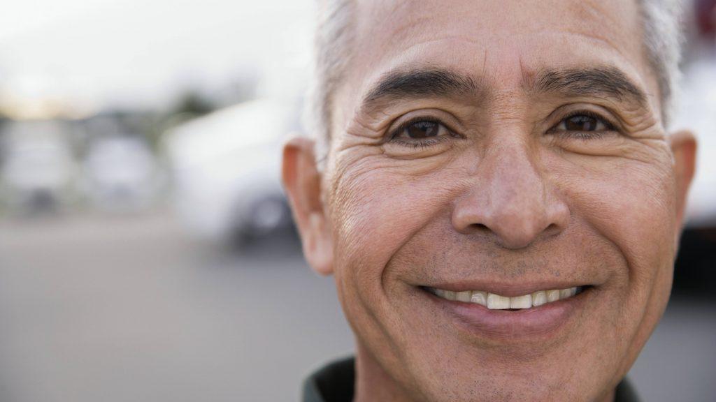 Acercamiento de un hombre sonriente de mediana edad