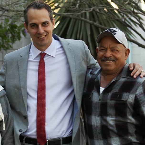patient Martin Ruiz Zermeño with his wife and Mayo Clinic social worker Jeffrey Welch