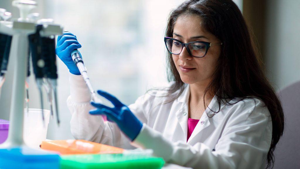 Una investigadora trabaja con las muestras