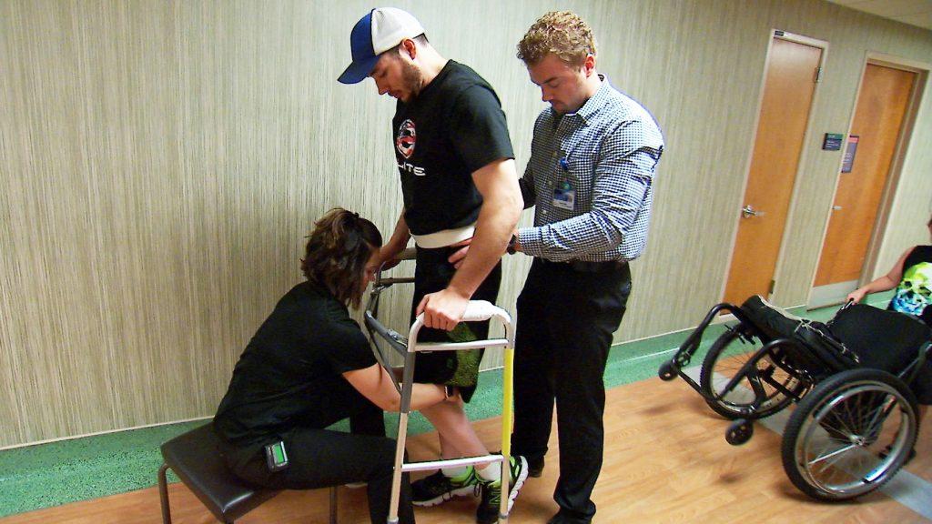 Jered Chinnok, el paciente de la estimulación de la médula espinal, camina con ayuda