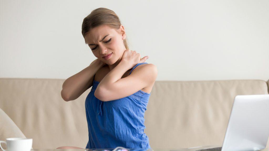 Una mujer cansada con dolor del cuello