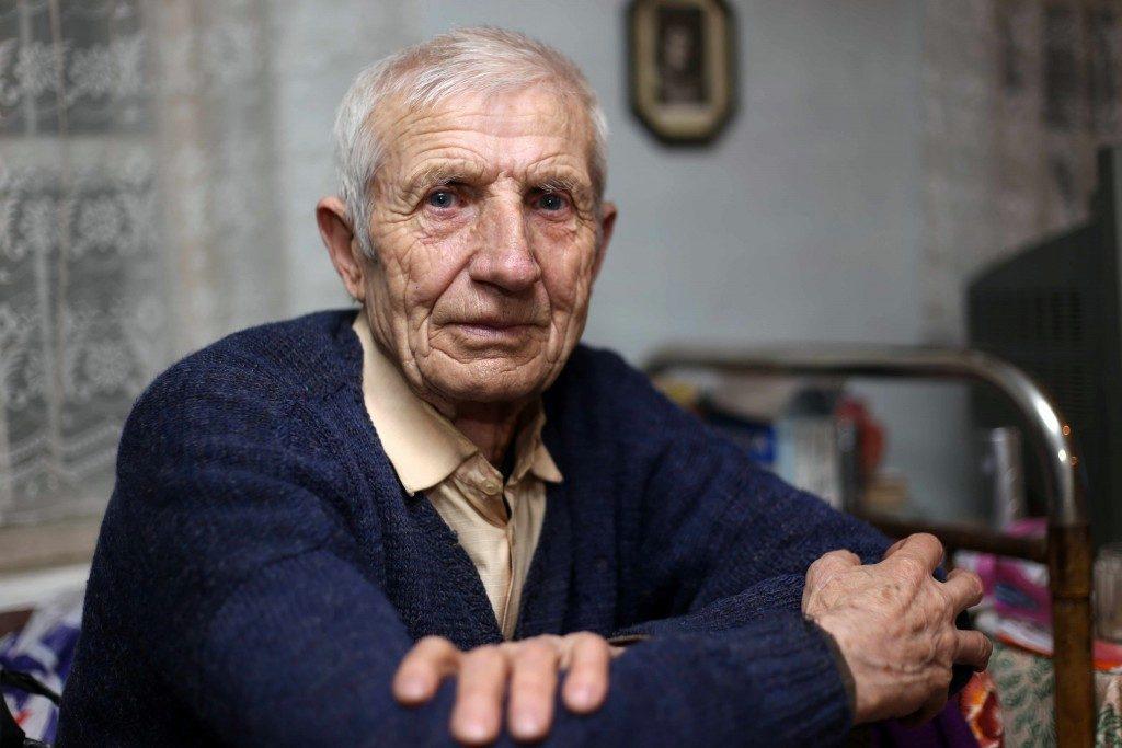 Un anciano sentado a la mesa