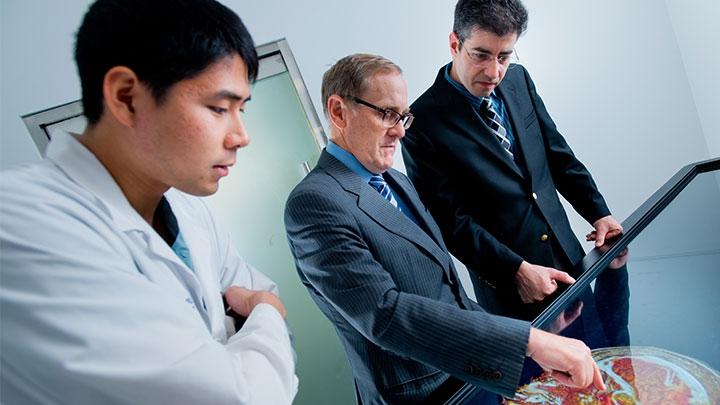 Los estudiantes de la Escuela de Medicina Alix de Mayo Clinic tienen acceso a la última tecnología y a técnicas de vanguardia para aprender a brindar la mejor atención médica centrada en el paciente.