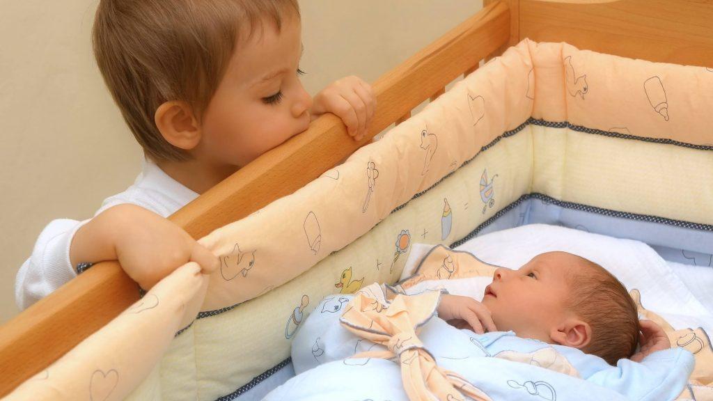 Un niño con su hermanito menor