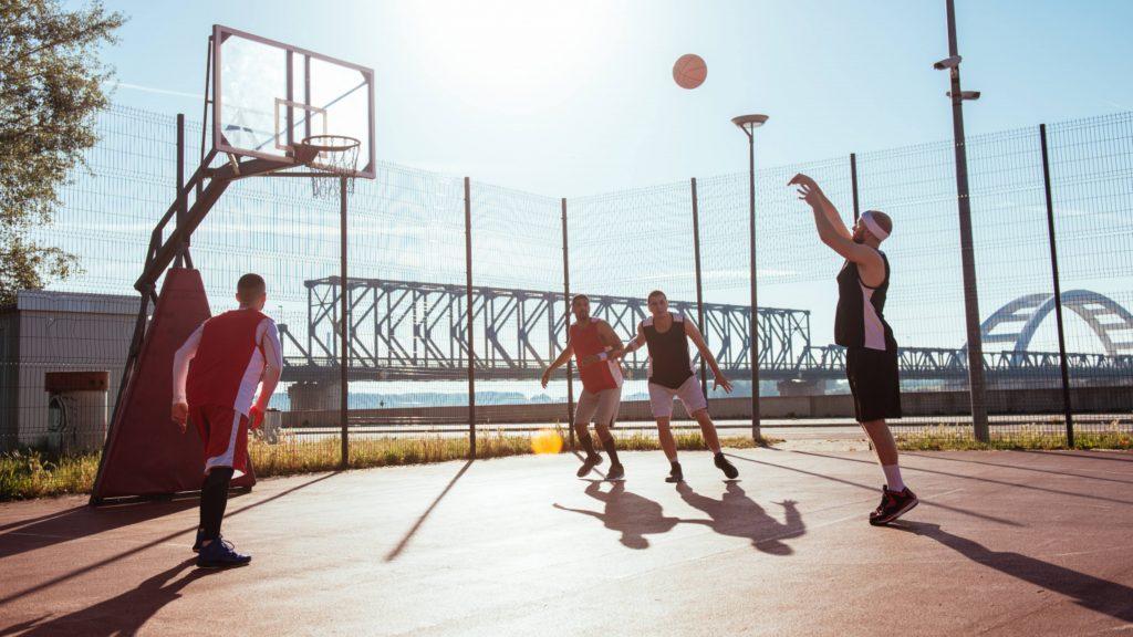 Un grupo de hombres juega en una cancha de básquetbol