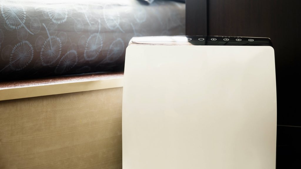 Purificador de aire en un dormitorio