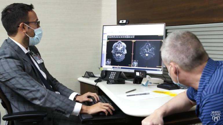 médico y paciente viendo rayos x
