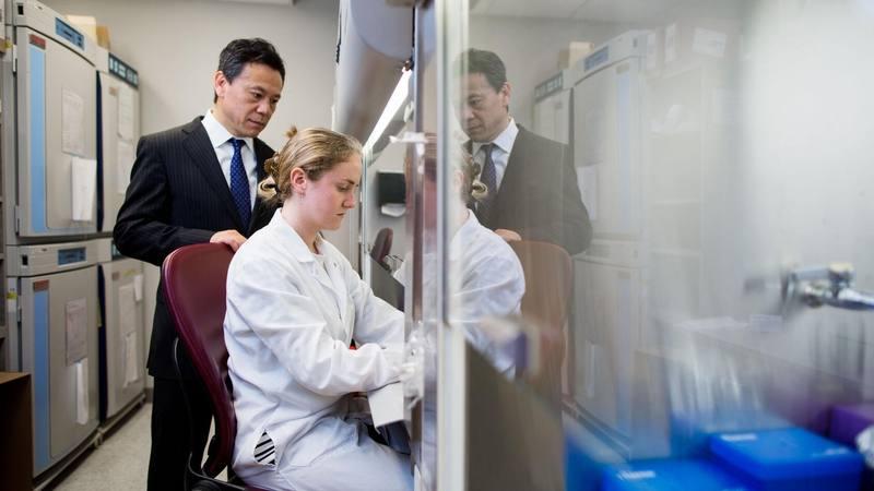 Dr. Wenchun Qu y colega