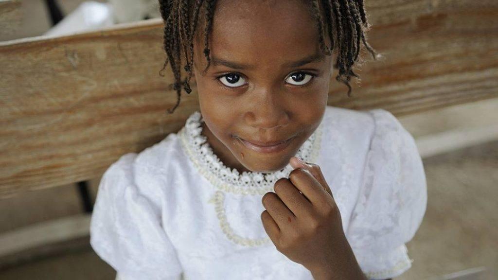 joven de piel oscura con vestido blanco